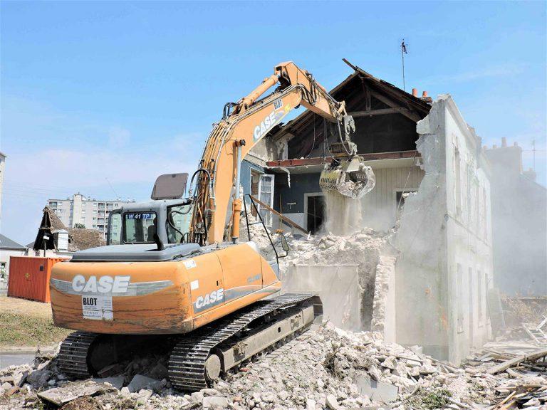 pelleteuse en pleine démolition blot travaux publics 45 28
