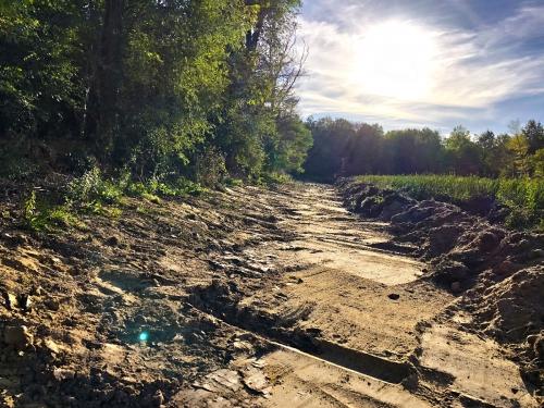 Reprofilage de berge mise en andin de boues séchées avant évacuation curage étang blot